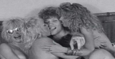 Penyanyi Bon Jovi Telanjang Bulat Dengan Empat Wanita 2 Komentar