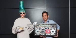 Lady Gaga Saat Menerima Plakat Penghargaan